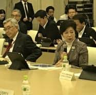 懇談会で挨拶する小池知事(右)(13日、都庁)