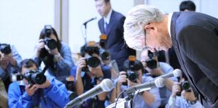 記者会見の冒頭、一礼する神戸製鋼所の川崎会長兼社長(13日、東京都港区)=三村幸作撮影