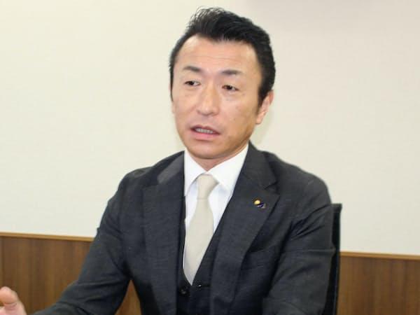 インタビューに応じる元気寿司の法師人尚史社長