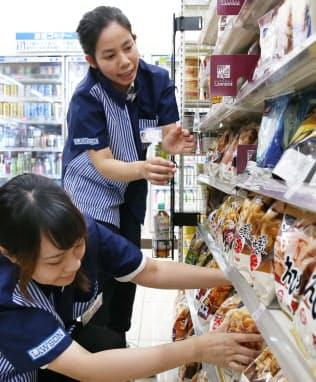 コンビニなどが人手確保の受け皿としている(東京都新宿区の店舗)