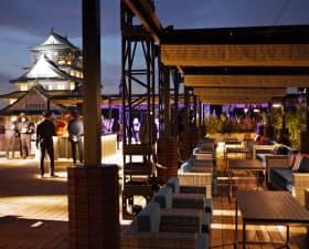 ライトアップされた天守閣を間近で一望できる屋上テラス(大阪市のミライザ大阪城)