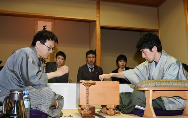初タイトルを獲得した中村太地王座(右)と一冠に後退した羽生善治棋聖(11日午後、横浜市)