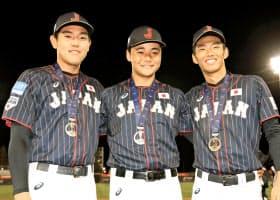 9月に開催されたU18W杯の閉会式後に笑顔を見せる(左から)安田、清宮、中村=共同
