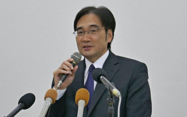 鈴木新社長は会見で今後の経営方針を示した(島田市)
