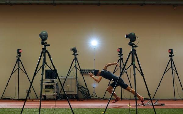特殊なカメラでピッチやストライドなどを測定。走行中の姿勢を解析しトレーニングに生かす(鹿児島県鹿屋市の鹿屋体育大)=柏原敬樹撮影