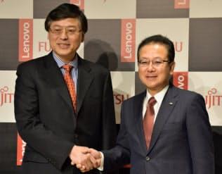 レノボのヤンCEO(左)と富士通の田中社長は連携を強調(2日、東京都港区)