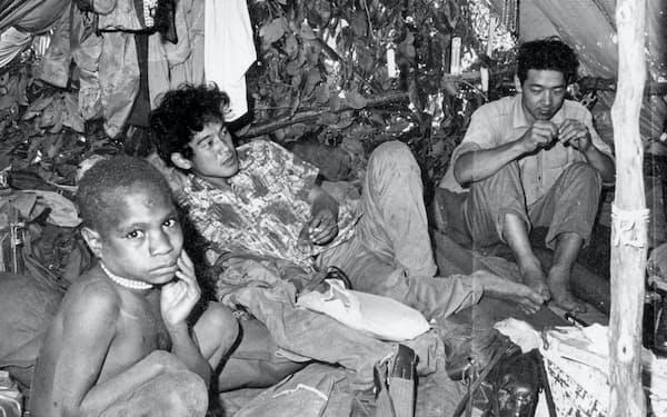 西イリアン(ニューギニア)で調査中の筆者(中)。右は本多勝一氏