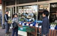 各農家をPRし、農産物の食べ方なども説明しながら販売する(11日、埼玉県杉戸町)