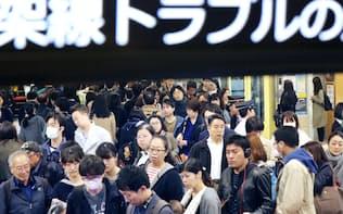 東急田園都市線がストップし、混雑する二子玉川駅(15日午前、東京都世田谷区)
