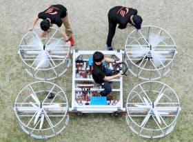 「空飛ぶクルマ」を試作するトヨタ自動車の社員有志ら(愛知県豊田市)