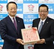 贈呈式には河野雅明社長(左)が出席した(20日、ふじみ野市役所)