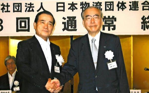 日本物流団体連合会の会長を2年務め、2013年に日本通運の川合正矩氏(左)に引き継いだ