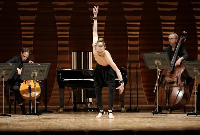 AIピアノと共演する森山開次とベルリン・フィルのメンバー(11月22日、東京芸大奏楽堂)=進藤 綾音撮影
