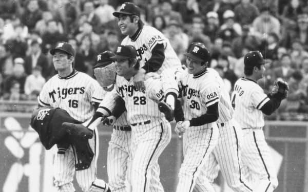 村山さんを担いでマウンドへ(左から2人目が筆者、1973年)=ベースボール・マガジン社提供