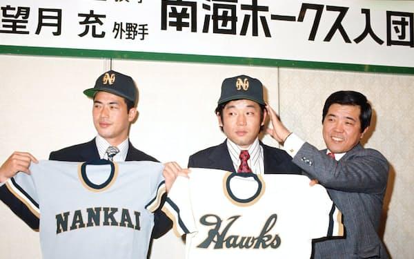 野村監督(右)に引かれ南海移籍を決意(中央が筆者)=ベースボール・マガジン社提供