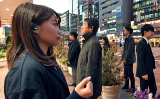 耳に装着すれば音声だけで情報のやりとりを可能にするNECの「ヒアラブルデバイス」(東京都港区)=寺沢将幸撮影