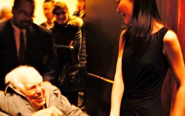 公演後にカーター氏(左)と談笑する筆者                                                         (2012年2月、ニューヨーク)