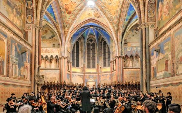 2016年にはローマ法王に作品を献呈した(イタリア・アッシジの聖フランチェスコ聖堂)