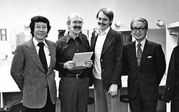 番組が放送していた1970年代、ギタリストのジム・ホール(中央左)らと記念撮影する筆者(左端)と油井さん(右端)