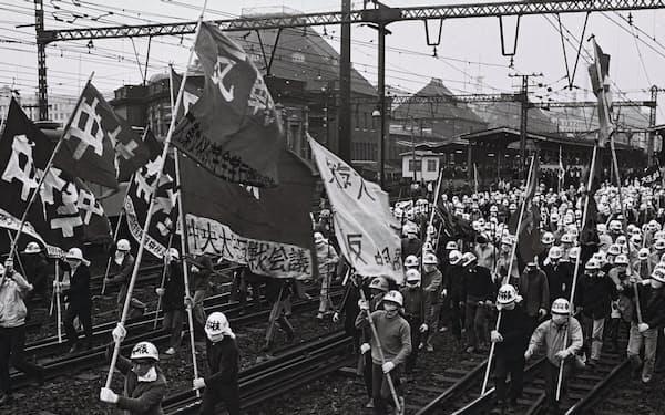 東京駅から線路を歩き有楽町駅を目指すデモ隊