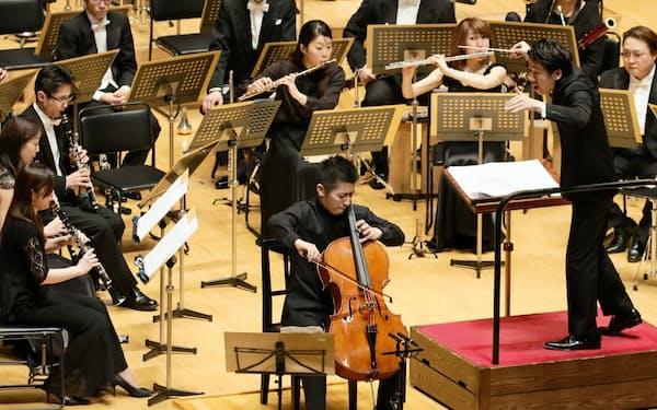東京佼成ウインドオーケストラと共演する宮田大(中央)と指揮者の川瀬賢太郎(右)