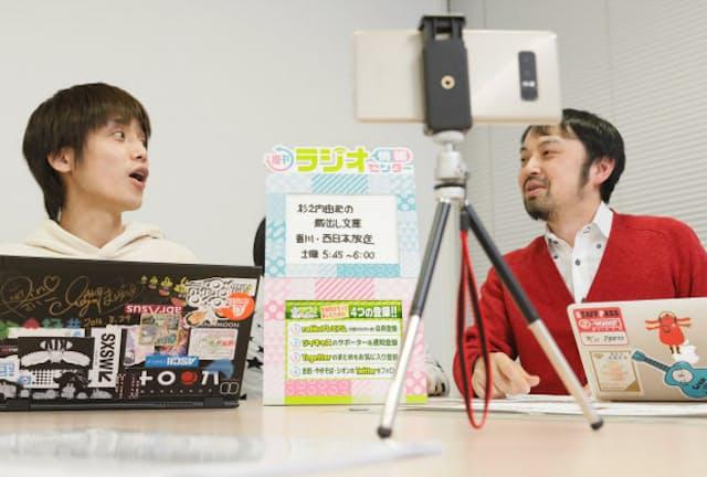 吉田尚記アナ(左)とやきそばかおる氏による「週刊ラジオ情報センター」の収録(東京都千代田区)