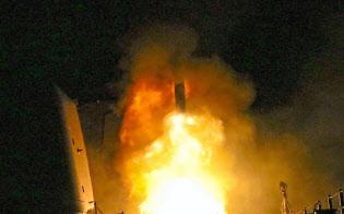 14日、米軍艦から発射される巡航ミサイルのトマホーク(米海軍提供)=AP