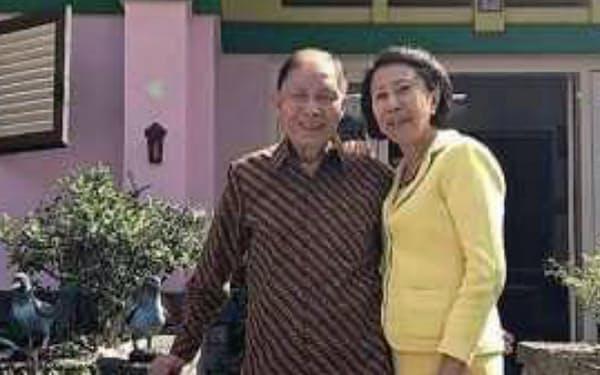 バトゥの生家を訪れた筆者と妻