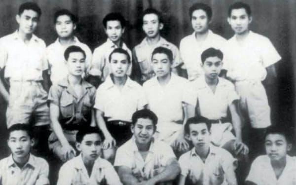 日本の降伏後、中学校の授業が再開(後列左から2人目が筆者)