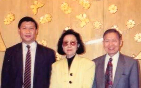 福建省で働いていた習近平氏(左)と懇意に(右が筆者)