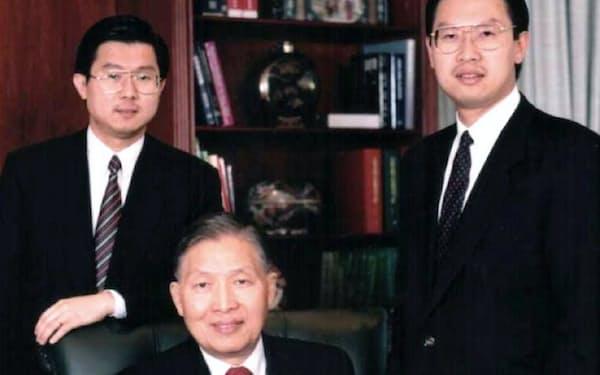筆者(中央)と後継者の次男ジェームズ(右)と三男のスティーブン