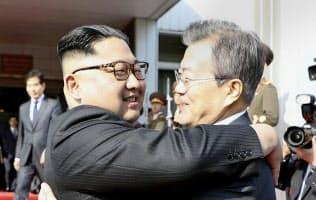 26日、板門店で抱き合う韓国の文在寅大統領(右)と金正恩委員長=韓国大統領府提供