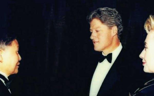 クリントン元米大統領(中)の就任祝賀舞踏会に参列した筆者(左)=1993年1月20日