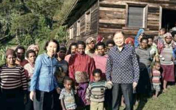 遠隔地の住民の教育や医療を支援(前列右が筆者)