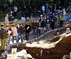 小牧山城発掘調査には数多くの人が訪れた