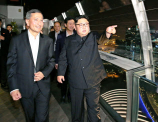 11日、シンガポールの観光名所を訪れた金正恩委員長=朝鮮中央通信撮影・共同