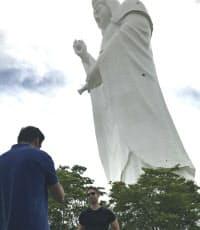 大観音像は多くの外国人観光客を引き付ける(仙台市)