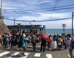 鎌倉高校駅前の踏切に外国人観光客が集まる(神奈川県鎌倉市)