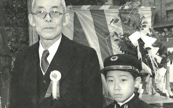 初代(左)の句碑の除幕式で(浅草神社で)