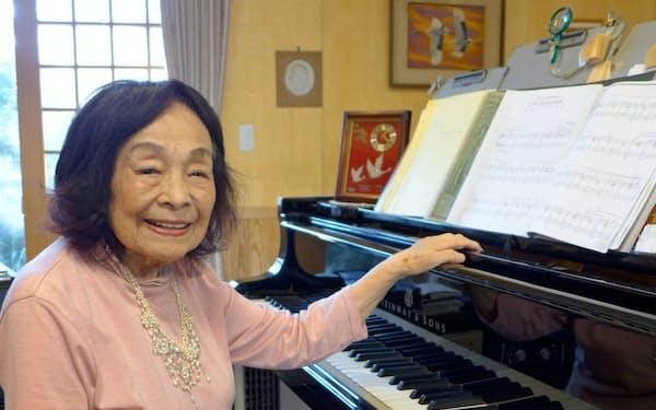 ピアノに向かう筆者