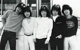 助っ人のつもりでレイジーに加入(1977年のデビュー当時、左から2番目が本人)