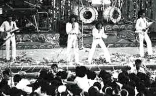 日比谷野外音楽堂でのライブには大勢のファンが詰めかけた(1978年)
