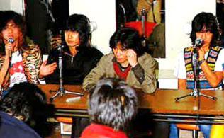 1981年2月18日に解散宣言をして、記者会見に臨んだ(右が井上氏)