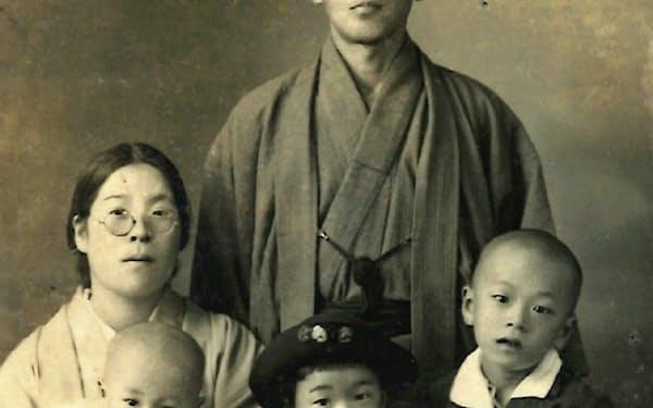 2歳の頃(家族と、抱かれているのが筆者)