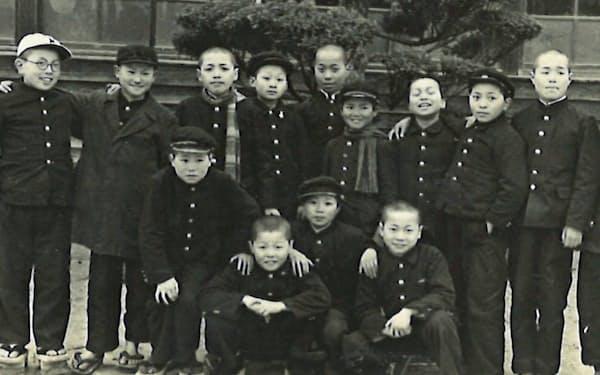 いたずら好きだった小6のとき(最前列の右側)