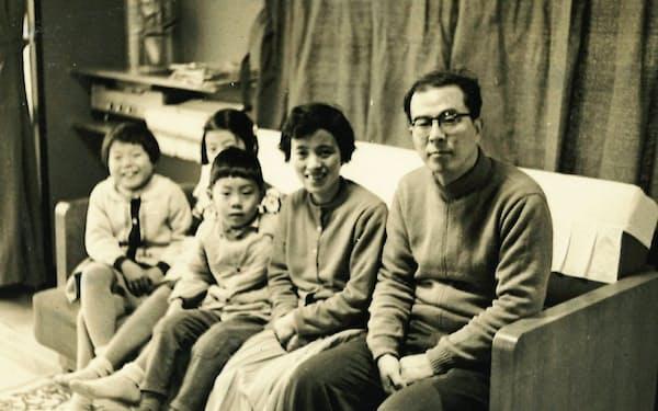 荘子先生(右)とご家族(ご自宅で、1963年)
