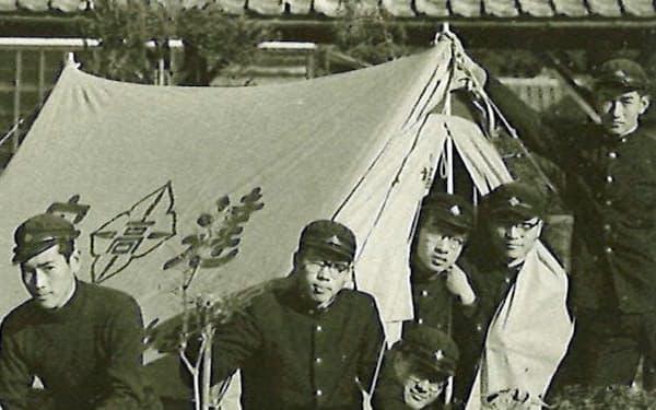 高校の山岳部の部員たちと(右から2人目)