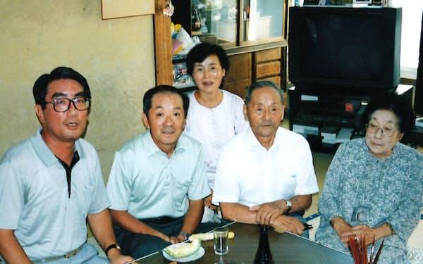 筆者の家族と交流する本間忠世君(左)