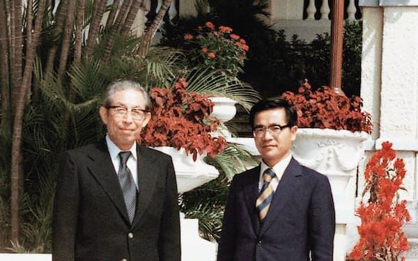 香港駐在時に前川春雄副総裁(当時)(左)と