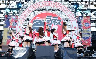 登場人物を演じる9人の声優が実際のライブでも歌って踊る (C)2013 プロジェクトラブライブ!